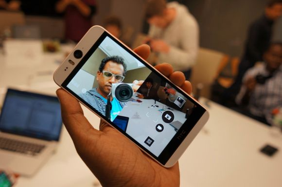 11_9_HTC-Desire-Eye-vs-Apple-iPhone-6-first-look